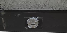 正○:取付部材の4箇所の穴からボンドが出る様に取付て下さい。