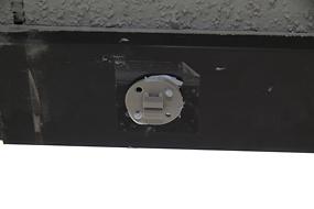誤×:4箇所の穴からボンドが出ていません。