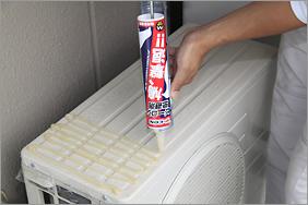 室外機の場合:コーキングガンを押しながら左右交互に2~3cm幅で塗布していきます。