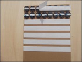 ピッタンコボードにピッタンコを貼り付けピッタンコの両面テープを剥がします。