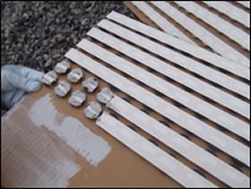 一度に多くを練り混ぜると硬化が早い(5分程度)ので、作業に合わせて練り混ぜて下さい。