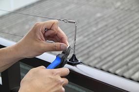 ワイヤーの端に小さな輪をつくり、アルミロックで止めます。